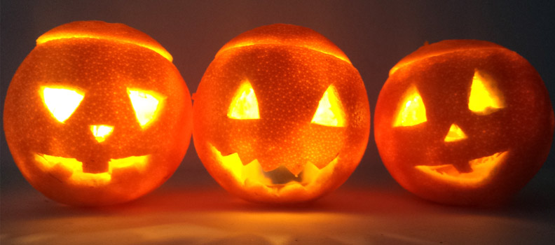si no tienes calabazas en casa puedes preparar sus decoraciones de halloween con naranjas tradicionales - Decoraciones De Halloween